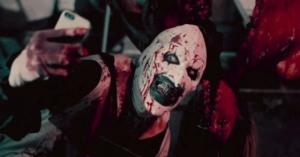 Art der Clown metzelt in TERRIFIER so munter drauf los, dass für eine FSK-Freigabe knapp 2 Minuten weichen mussten.