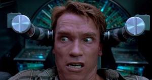 Armer Arnie: In der US-TV-Fassung von TOTAL RECALL musste nicht nur er leiden, der Film selbst wurde auch um alle derben Momente zensiert.